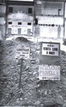 A Milano dopo i bombardamenti dei negozi rimangono solo i cartelli che testimoniano della loro esistenza