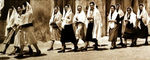 Sembra l'Afganistan, invece si tratta di un corteo di donne di Casalserugo in provincia di Padova che si recano a votare per il referendum Monarchia - Repubblica. In quel comune vinse la monarchia, come si può benissimo immaginare.