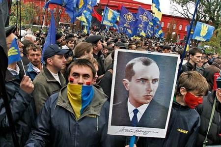 """""""Europeisti"""" ucraini con foto del boia di Volyn"""