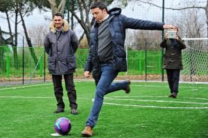 Comuni: Firenze; Renzi oltre un'ora in parco con fiorentini