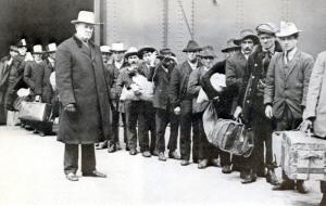 sbarco-di-emigranti-italiani-a-ellis-island-nel-1911