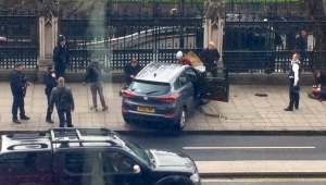 attentato-a-londra-suv-travolge-turisti-morto-attentatore-video