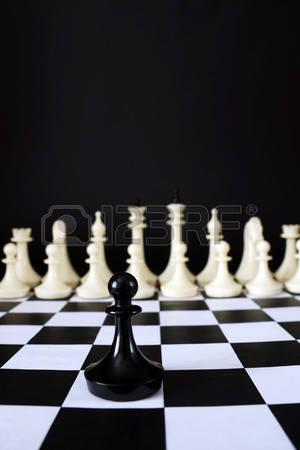67738260-pegno-solitario-di-scacchi-davanti-alla-squadra-nemica-coraggio-e-audacia-concetto-con-pezzi-di-scac