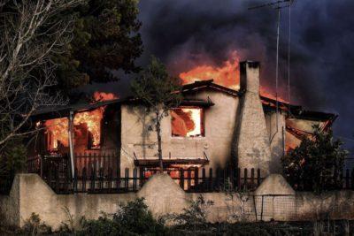 Una casa bruciata dagli incendi a Kineta, Grecia, 23 luglio 2018 (VALERIE GACHE/AFP/Getty Images)