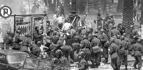 Polizisten gehen am 30.04.1968 vor dem Justizgeb‰ude in Rom massiv gegen...